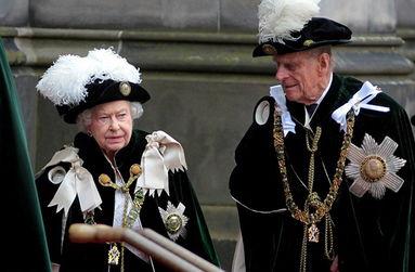 英国女王亲授蓟花勋章王室成员穿传统礼服出席