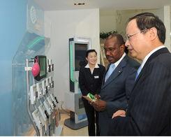 ...陪同下仔细参观中国移动世 博营业厅中展示的G3手机-国际电联秘书...