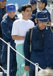 保钓人士戴手铐抵冲绳 遭粗暴对待