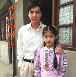 赵蕴卓2006年出生于石家庄,《外滩钟声》是赵蕴卓在2016年5月参与拍摄的,当时赵蕴卓刚满10周岁,在里面饰演安安,还带着点婴儿肥,也有点黑却很可爱.