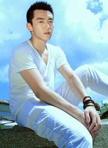 郑恺秀白衣帅气写真