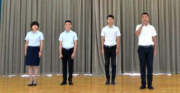从左至右)吴俊杰、杨长剑、刘壮、董过作为往届优秀毕业生代表发言