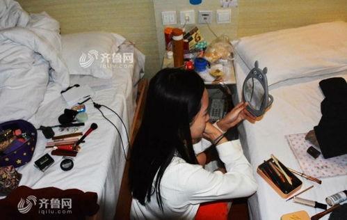 因为三个人挤在一套房间里,空间拮据,她只能在两张床中间的过道处蹲着化妆.(