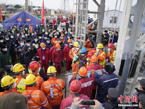 山东栖霞金矿事故救援现场11名矿工成功升井3