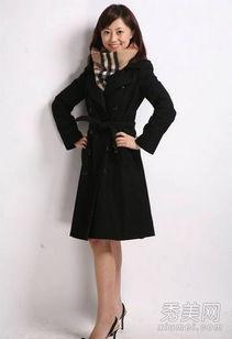 驼色外套搭配黑色短裤优雅清秀