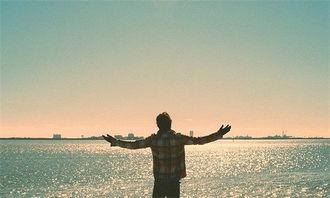 孤独伤感的男生背影图片 一转身却渐渐的走远