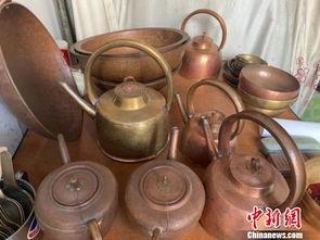 作坊里还陈列着胡家全空闲时自制的成品铜器,