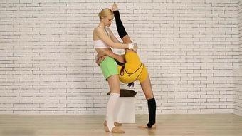 女孩被动开胯训练,只为更好的习练瑜伽