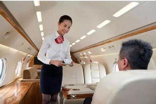 飞机起飞前,一位乘客请求空姐给他倒一杯水吃药。
