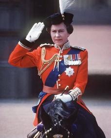 年轻时的英国女王。)