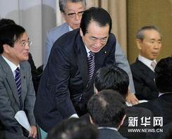 新华社/路透6月2日,日本首相菅直人在东京和众议院议员握手.
