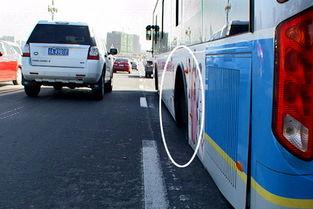 南京一公交车行驶中两后轮脱落