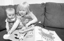 网传英3岁女孩智商达140 为妹妹读睡前读物