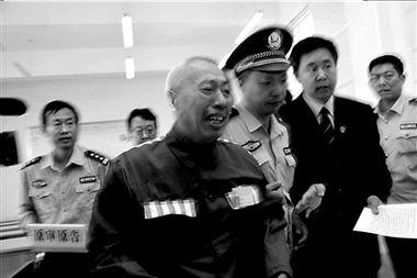 当审判长宣布赵作海无罪释放后,赵作海失声痛哭.