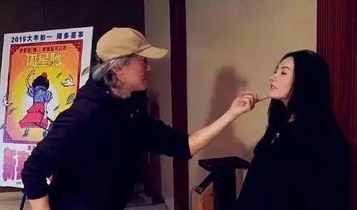 近日在《新喜剧之王》宣传活动上,周星驰和张柏芝重现《喜剧之王》中经典的初恋演技教学桥段,时隔20年两人以尹天仇柳飘飘的身份再次回归.