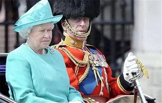 最近英国女王伊丽莎白偷笑的照片在网上火了,照片上女王的老公菲利普亲王穿上了英国皇家卫队的侍卫服,为女王站岗。
