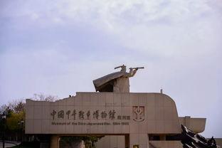 在历史选择展馆,大家沿着民族救亡之路,追溯中华民族对复兴的渴望、对救亡的努力;沿着中国共产党苦难辉煌的历程,感悟中国共产党人对初心的坚守、对使命的担当。