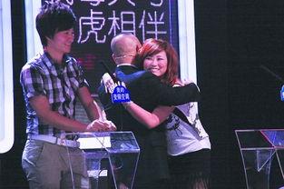 孟非、郭德纲与织发师拥抱.