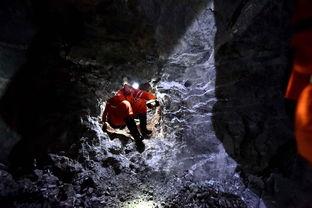 山东平邑石膏矿坍塌事故生命通道艰难挺进12月27日,救援人员通过救生洞口.