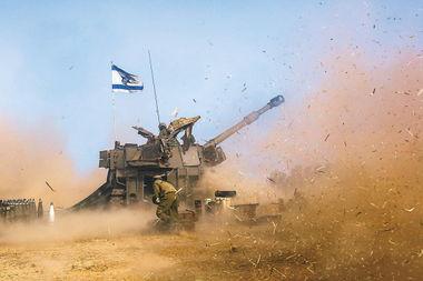 7月12日,在以色列南部与加沙的边境,一门以军155毫米m109系列自行榴弹炮向加沙地带开火.