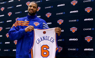 钱德勒正式亮相尼克斯 展示纽约6号战袍