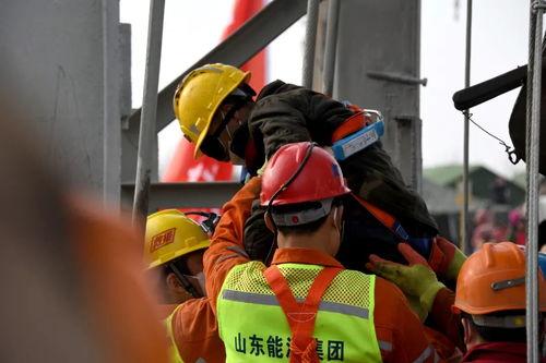 1月24日,山东栖霞笏山金矿发生爆炸事故现场,一名被困矿工成功升井。