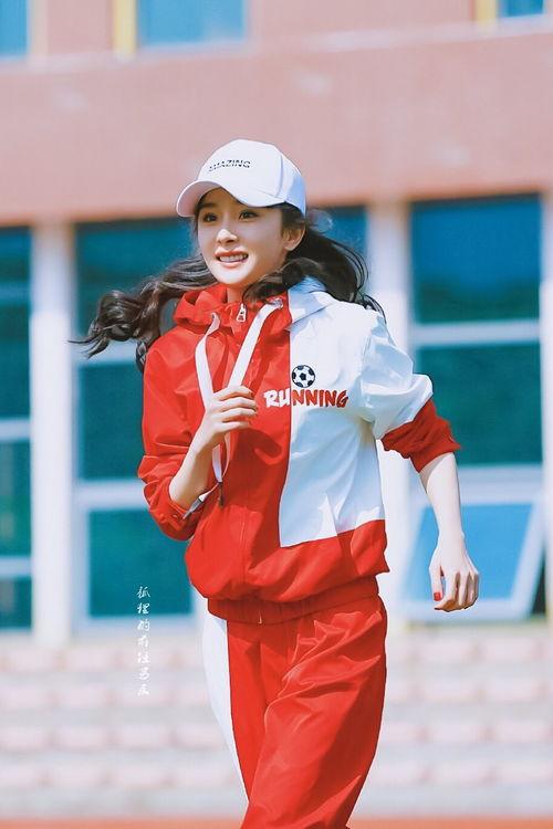 杨幂红色运动装录制跑男,踢足球活力满满