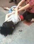 可怜天下父母亲 少女当街辱骂扇母亲耳光