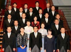9月3日晚,改组后的安倍政府新内阁结束首次内阁会议后在首相官邸合影.