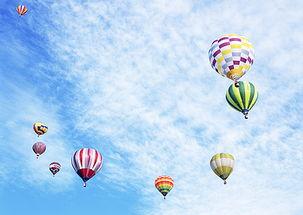 晴空上的热气球