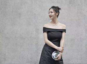 王思聪和陈雅婷出门遛狗,穿情侣鞋秀恩爱,素颜的陈雅婷很漂亮