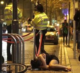 实拍英国跨年夜醉酒男女