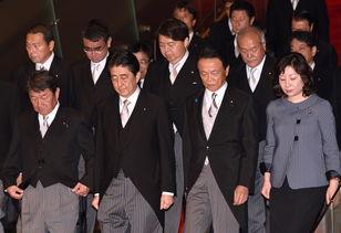 这张照片是安倍率领新内阁成员见记者,他们走下台阶,给人雷厉风行的感觉.